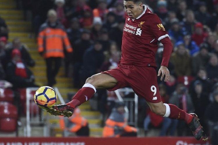 Pemain Liverpool, Roberto Firmino, melepaskan tendangan ke gawang Swansea City pada partai Premier League di Stadion Anfield, Liverpool, Selasa (26/12/2017) waktu setempat.