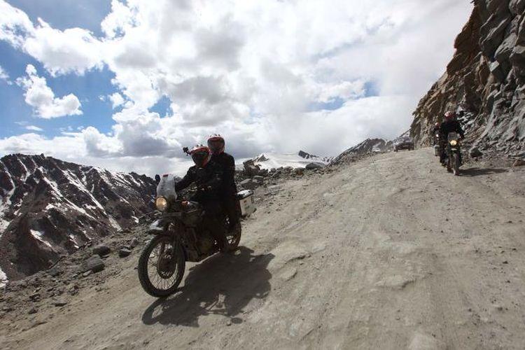 Darius Sinathrya dan Donna Agnesia berhasil mencapai Khardung La Pass, jalan raya tertinggi di dunia yakni 5.359 meter dari dasar permukaan laut di Himalaya.