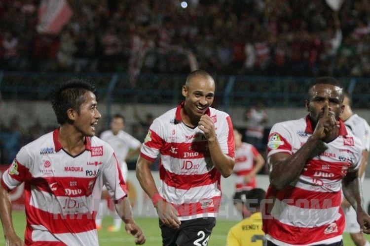 Greg Nwokolo dan Peter Odemwingie merayakan gol Madura United ke gawang Semen Padang pada pertandingan Liga 1, Senin (12/6/2017).