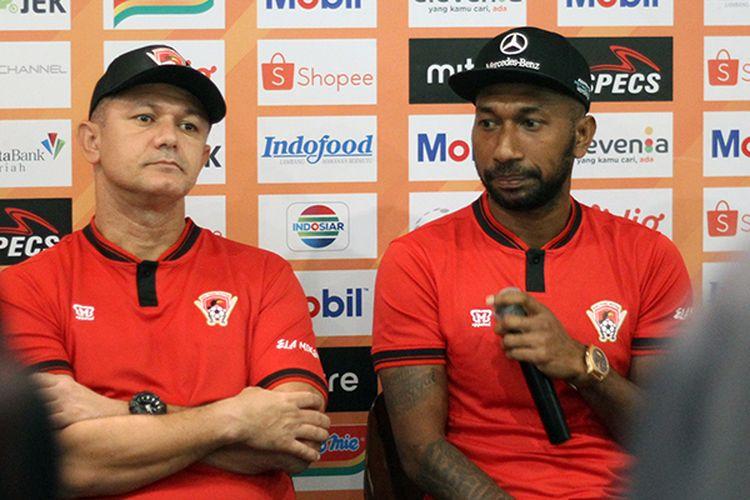 Gomes de Oliveira (kiri) dan Patrich Wanggai (kanan) , dalam konferensi pers pra laga melawan Kalteng Putra FC di Graha Persib, Kota Bandung, Senin (15/7/2019). (KOMPAS.com/SEPTIAN NUGRAHA)