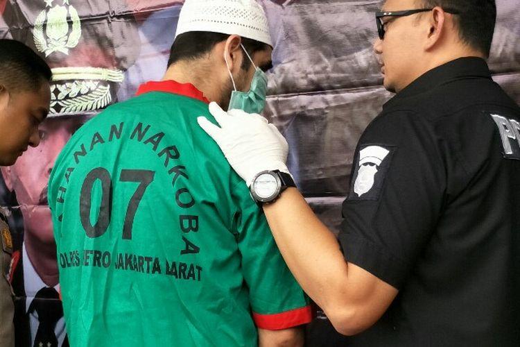 Polisi mengungkap tersangka Claudio Martinez (38) mantan kiper sepak bola dan pemain sinteron Tendangan Si Madun yang positif menggunakan narkoba di Mapolres Metro Jakarta Barat pada Jumat (7/11/2018).