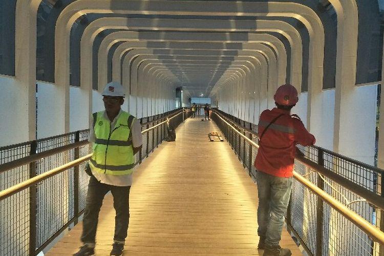 Penampilan Jembatan Penyebrangan Orang (JPO) Bundaran Senayan, Jalan Jenderal Sudirman, Jakarta Pusat pada Rabu (9/1/2019) setelah direvitalisasi.