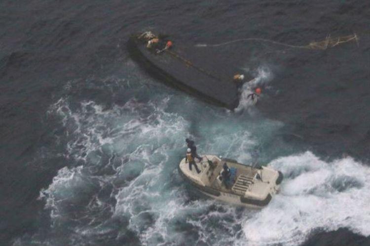 Kapal penyelamat milik penjaga pantai Jepang mendekati kapal nelayan Korea Utara yang terbalik di perairan Jepang.