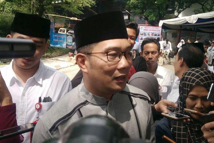 Wali Kota Bandung Ridwan Kamil saat diwawancarai media di Kantor PDAM Tirtawening, Jalan Badaksinga, Jumat (12/1/2018).