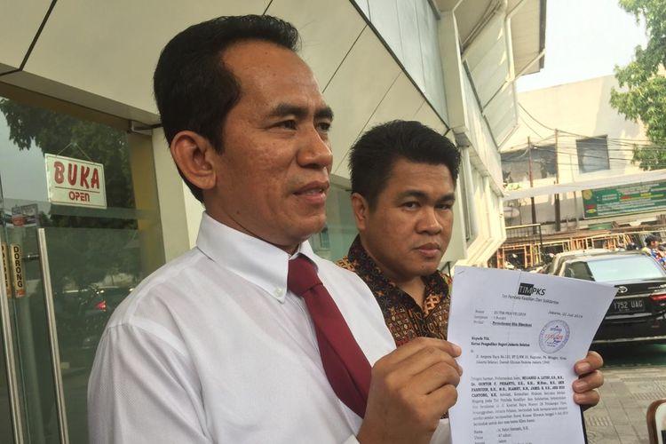 Kuasa hukum Fahri Hamzah, Mujahid Latief, setelah mengajukan surat permohonan sita paksa di Pengadilan Negeri Jakarta Selatan, Senin (22/7/2019).