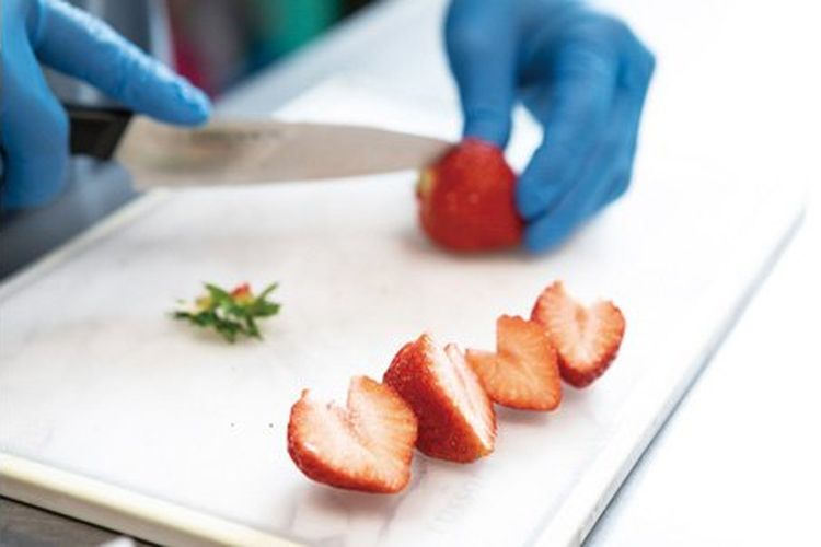 Stroberi dipotong bentuk hati.