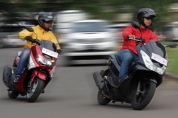Yamaha NMAX dan Honda PCX saat dipacu di kawasan Senayan, Jakarta.
