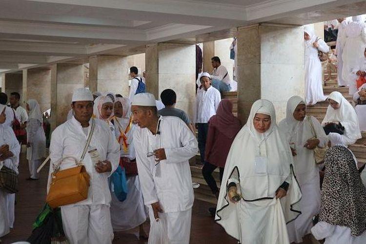 Jemaah dari berbagai daerah mengikuti acara Manasik Umroh First Travel 2017 dan Dzikir Akbar yang diselenggarakan oleh agen perjalanan umroh First Travel di Masjid Istiqlal Jakarta, Minggu (6/11/2016).