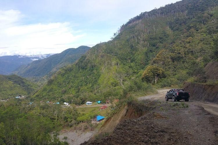 Kondisi jalan rute Manokwari - Pegunungan Arfak yang berliku.