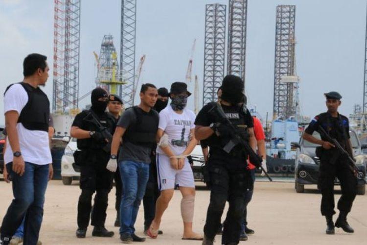 Suasana pra-rekonstruksi, petugas bersenjata lengkap menggiring ABK kapal yang membawa satu ton sabu saat pra-rekonstruksi di Tanjunguncang