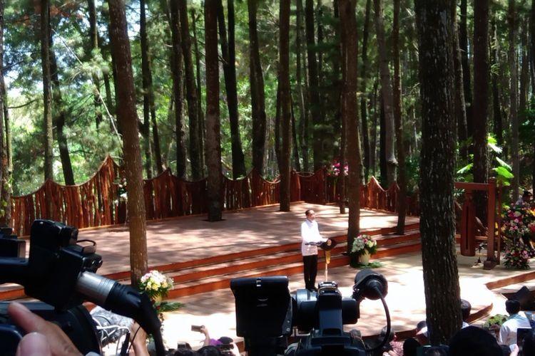 Presiden Joko Widodo saat menghadiri Festival Kesatuan  Pengelolaan Hutan (KPH) tingkat Nasional dan Pameran Usaha Kehutanan di hutan pinus Desa Mangunan, Dlingo, Bantul, Yogyakarta. Jumat (28/9/2018)