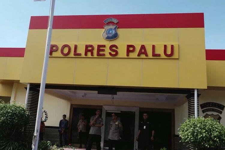 Brigjen Pol Dedi Prasetyo (Karo Humas Mabes Polri) saat menggelar rilis tersangka penyebar hoaks di halaman Mapolres Palu, Jalan Pemuda, Kota Palu, Sulawesi Tengah, Senin (8/10/2018).