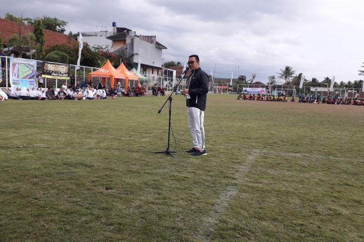 Menteri Pemuda dan Olahraga Imam Nahrawi saat mendatangi Lapangan Sakti Lodaya di Desa Cisayong, Tasikmalaya, Jawa Barat, Selasa (15/1/2019). Cisayong merupakan sebuah desa di pelosok Tasikmalaya yang sempat viral di media sosial. Pasalnya lapangan sepak bola di desa tersebut menggunakan rumput berstandar FIFA.