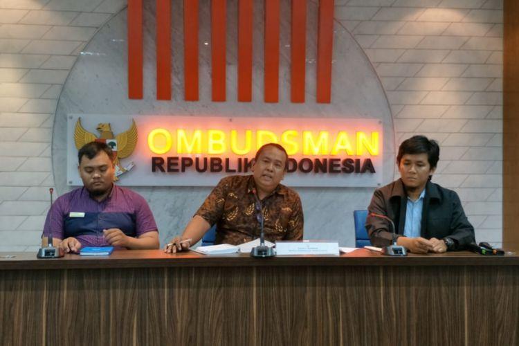Kepala Ombudsman RI Perwakilan Jakarta Raya Teguh P Nugroho (tengah) di kantor Ombudsman, Jalan HR Rasuna Said, Jakarta Selatan, Rabu (4/7/2018).