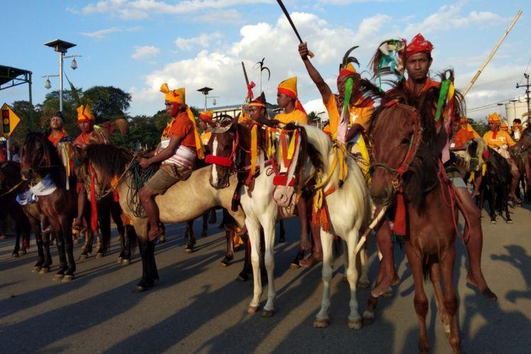 Para penunggang kuda, saat melakukan atraksi dalam kegiatan Parade Kuda Sandalwood di Kota Waikabubak, Sumba Barat, Sabtu (7/7/2018)