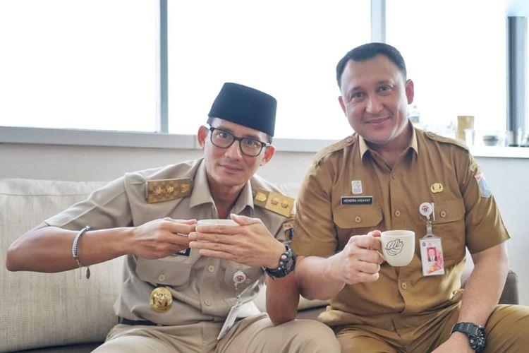 Kepala Biro Pendidikan Mental dan Spiritual DKI Jakarta Hendra Hidayat sedang ngopi bareng Wakil Gubernur DKI Jakarta Sandiaga Uno di ruang kerjanya, Selasa (15/5/2018).