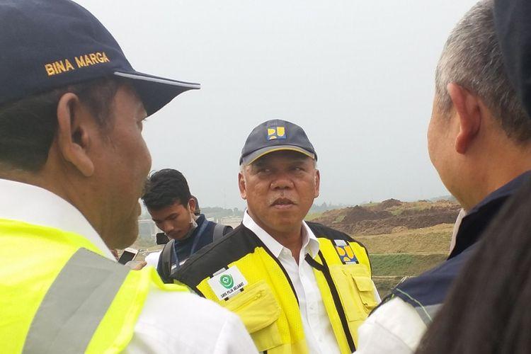 Menteri Pekerjaan Umum dan Perumahan Rakyat Basuki Hadimuljono (tengah) saat meninjau pembangunan Jalan Tol Bocimi Seksi I Ciawi-Cigombong, Jumat (7/6/2018).