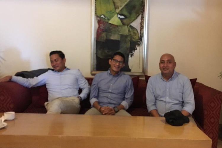 Tim komunikasi Badan Pemenangan Nasional (BPN) Prabowo-Sandiaga, Yuga Aden (kanan) dan Cawapres nomor urut 02 Sandiaga Uno di Hotel Borobudur, Jakarta Pusat.