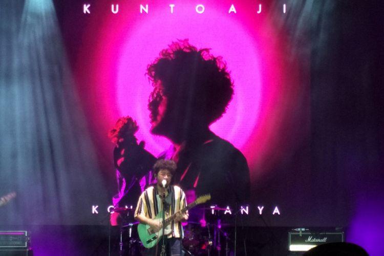 Kunto Aji saat tampil di panggung On Off Festival di Gandari City, Jakarta Selatan, Minggu (12/8/2018) malam.