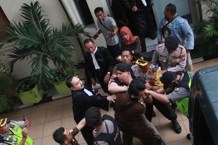 Ahmad Dhani bersitegang dengan jaksa pengawal, kericuhan itu terjadi usai sidang lanjutan kasus vlog idiot? yang beragendakan tuntutan di PN Surabaya ditunda, Kamis (11/4/2019).