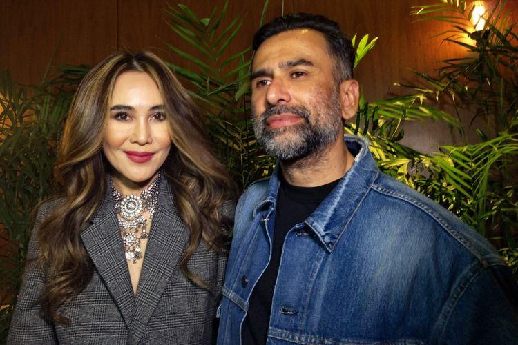 Jeremy Thomas bersama istrinya, Ina Indayanti, hadir pada gala premiere film Mata Batin 2 di Senayan City, Jakarta Pusat, Jumat (11/1/2019).