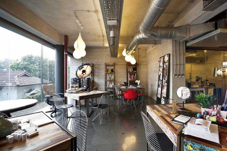 Cover ruang kerja industrial di Ampera Six Building karya Chrystalline Architect