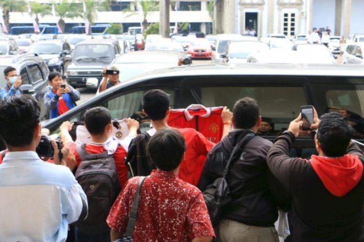 Beberapa fans Manchaster United saat mendatangi kantor Balai Kota Semarang, Jawa Tengah, untuk melihat langsung sang mega bintang David Beckham.
