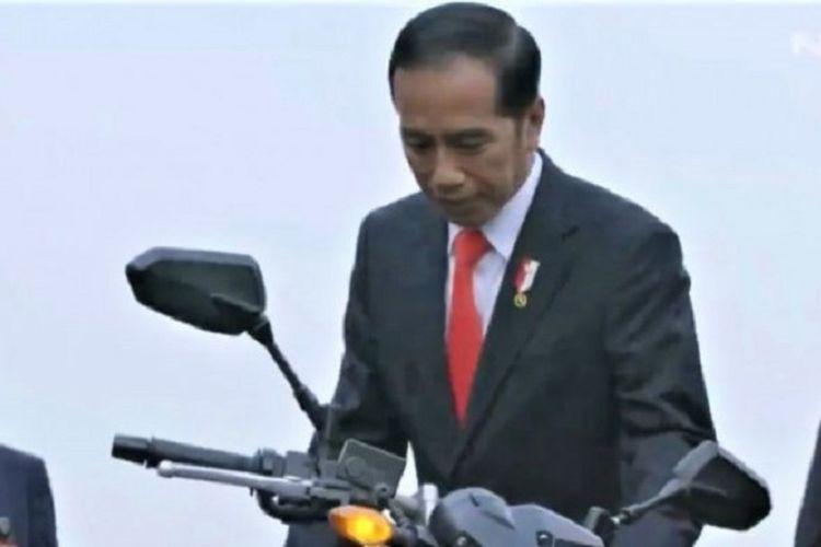 Cuplikan video yang menampilkan saat Presiden Joko Widodo naik moge menuju ke acara pembukaan Asian Games 2018.