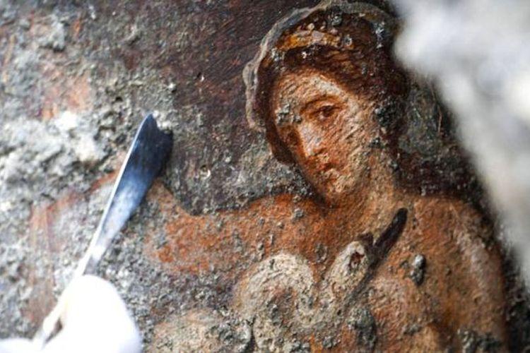 Sejumlah arkeolog menemukan lukisan erotis peninggalan Romawi di reruntuhan kota kuno Pompeii, Italia. Lukisan tersebut menggambarkan kisah yang sudah tersohor bagi masyarakat Romawi dan Yunani yaitu tentang kisah erotis Ratu Sparta, Leda dan Angsa.