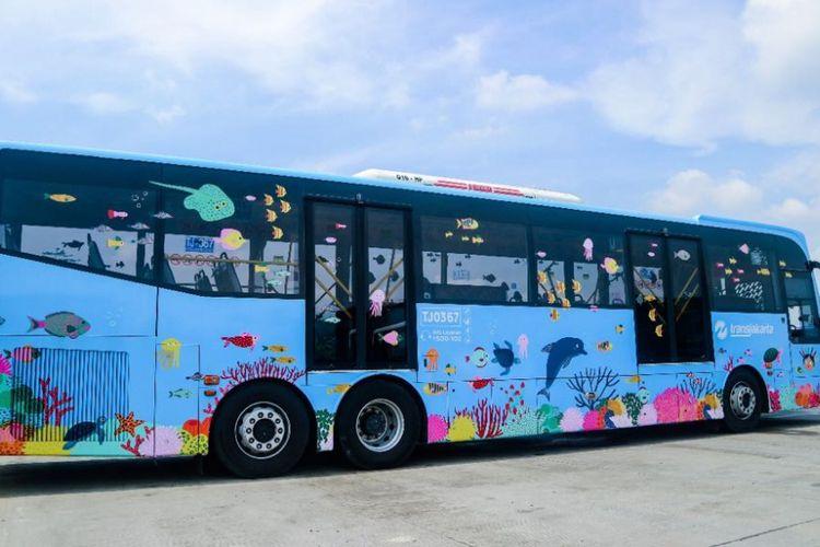Sebanyak 10 bus transjakarta rute Ragunan dan Ancol, dipasangi stiker bergambar satwa. Pemasangan stiker itu sebagai bagian keikutsertaan PT Transjakarta memperkenalkan lokasi wisata di Ibu Kota.