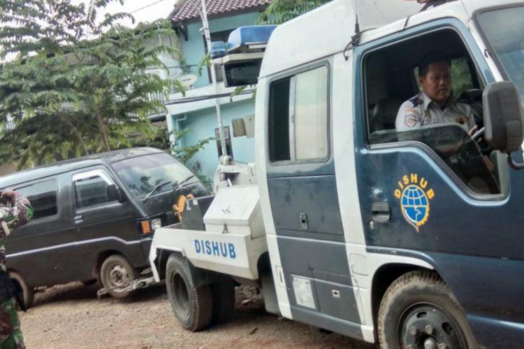 Sudinhub Jakarta Timur razia kendaraan yang parkir liar di kolong Tol Becakayu, Kamis (12/2/2019)