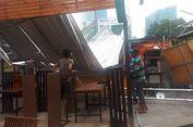 Petugas Bersihkan Atap Rasuna Garden Food Street yang Lepas
