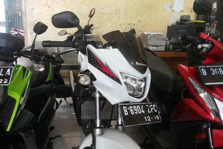 Salah satu Ninja 2 Tak tipe R yang dijual di diler motor bekas Tria Motor di Sukmajaya, Depok, Rabu (31/1/2018).