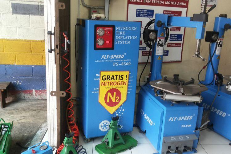 Mesin generator untuk memproduksi nitrogen di salah satu outlet penjualan ban yang melayani pengisian ban dengan nitrogen di Depok, Kamis (8/2/2018).