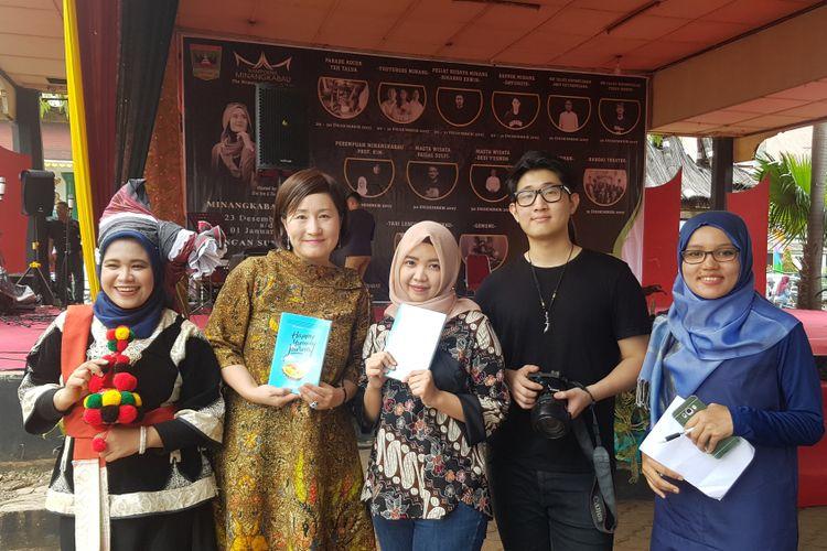 Eje Kim (kedua kiri), profesor asal Korea Selatan yang sangat menyukai durian Indonesia, sedang berfoto setelah berdiskusi bersama anaknya (tengah) dan rekannya di Padang, Sumatera Barat.