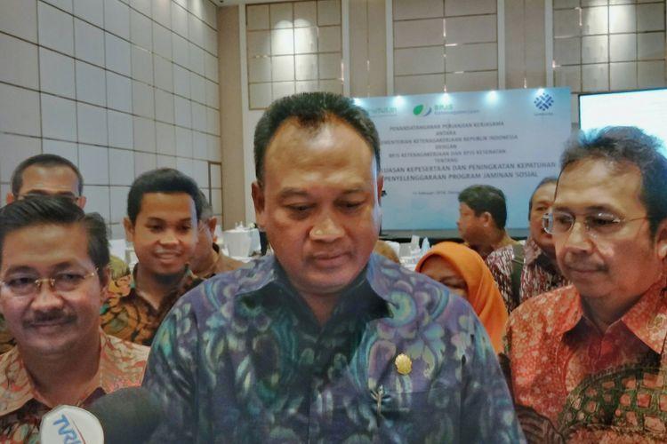 Dirjen Pembinaan Pengawasan Ketenagakerjaan dan K3 Sugeng Priyanto (tengah) Direktur Kepatuhan, Hukum dan Hubungan Antar Lembaga BPJS Kesehatan, Bayu Wahyudi (kiri), Direktur Kepesertaan BPJS Ketenagakerjaan, E Ilyas Lubis (kanan) di Hotel Fairmont, Jakarta (15/2/2018).