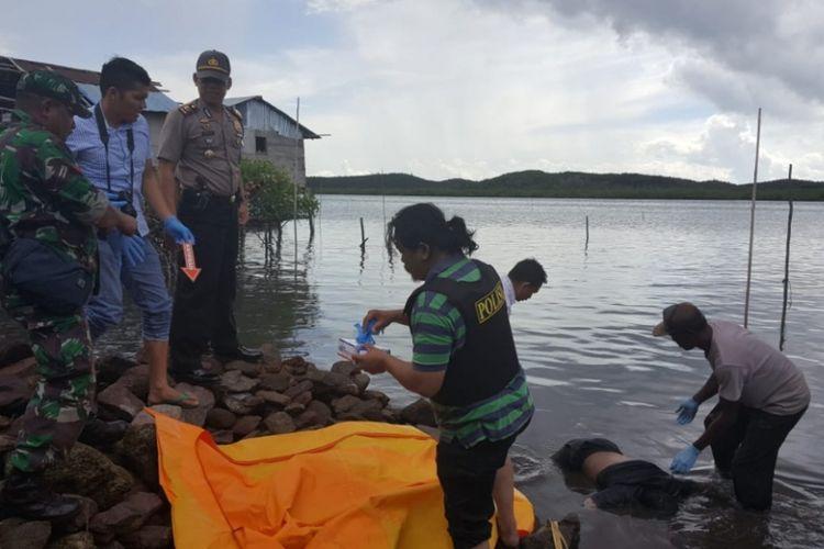 Anggota Polsek Galang bersama Inafis Polresta Barelang melakukan evakuasi mayat tanpa identitas ini