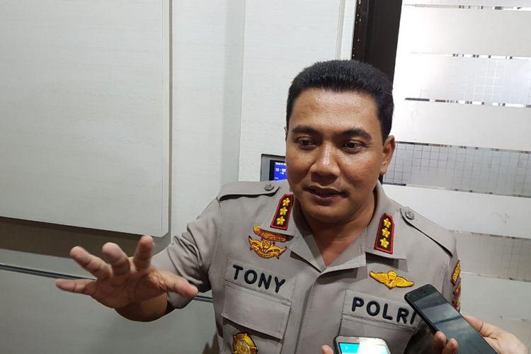 Kapolres Jakarta Timur Yoyon Tony Surya Putera, rilis pelaku pelemparan batu di JPO Malaka, Rabu (13/6/2018)
