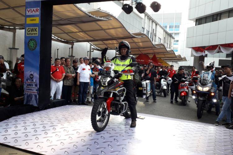 Pelepasan Gunadi (41) beserta sepeda motor Viar Vortex 250 yang dikendarainya ke Pegunungan Himalaya dari Kantor Kementerian Perhubungan, Jakarta pada Minggu (26/8/2018).
