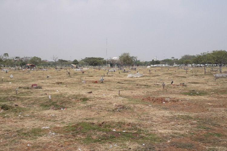 Area pemakaman Blok A1 Unit Kristen di TPU Budi Dharma yang disebut kerap tergenang tampak kering akibat musim kemarau, Sabtu (15/9/2018).