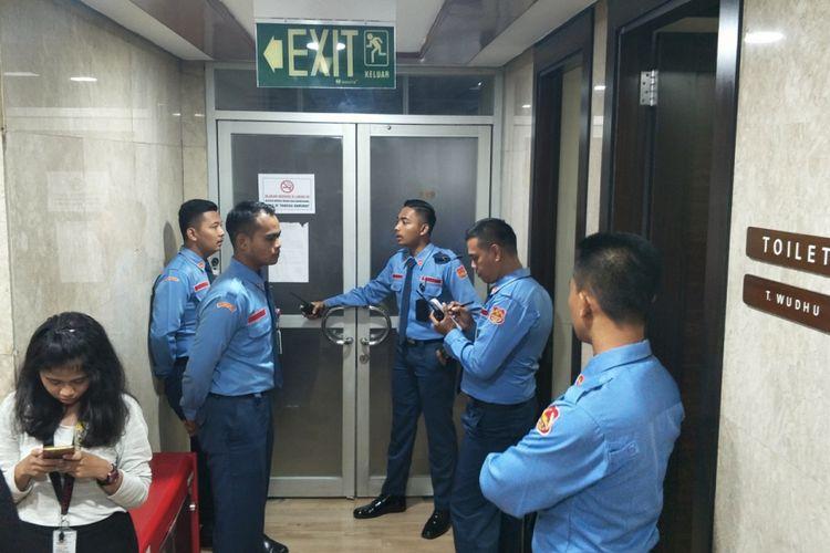 Pamdal berjaga di depan ruangan anggota Fraksi Partai Golkar Bambang Heri Purnama di lantai 13, gedung Nusantara I, Kompleks Parlemen, Senayan, Jakarta, yang diduga terkena peluru nyasar.