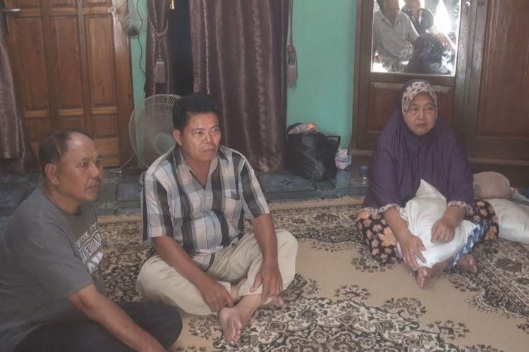 Husnadi (baju kotak-kotak) dan Kaini, orangtua Asep, salah satu penumpang pesawat Lion Air PK-LQP JT 610, serta salah satu kerabatnya menyaksikan siaran televisi yang menyiarkan proses evakuasi dan pencarian korban pesawat yang jatuh di perairan Karawang tersebut. Orangtua Asep tinggal di Kelurahan Pasar Bhayangkara, Kecamatan Talang Ubi, Kabupaten Penukal Abab Lematang Ilir Regency, Sumatera Selatan.