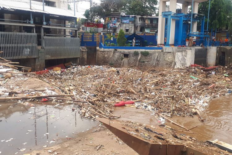 Sampah-sampah tampak menumpuk di Pintu Air Manggarai, Menteng, Jakarta Pusat pada Senin (12/11/2018).