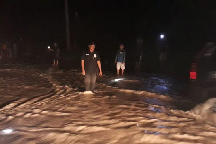 Petugas gabungan berjaga-jaga di ruas Jalan Kenanga Sungailiat, Bangka, Sabtu (8/12/2018) malam.