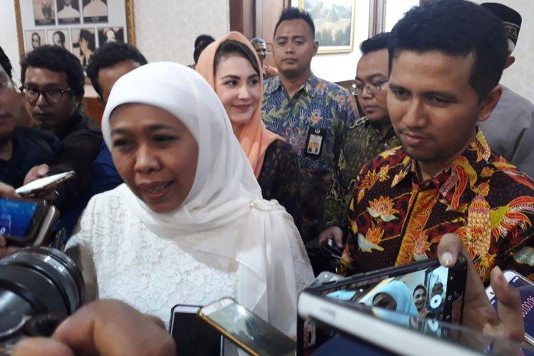 Pasangan gubernur dan wagub Jatim terpilih, Khofifah Indar Parawansa dan Emil Elistyanto Dardak di Gedung Negara Grahadi Surabaya, Senin (11/2/2019) malam