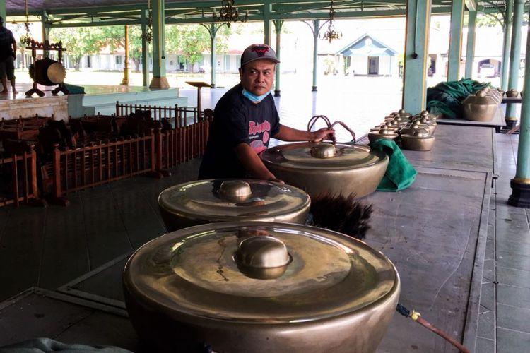 Pengerajin gamelan yang disambangi oleh wisatawan pengguna Triponyu, di Solo.
