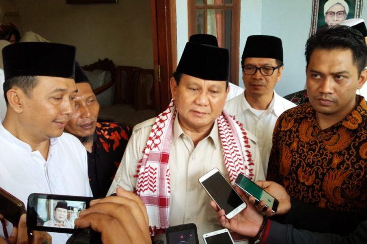 Bakal Calon Presiden RI, Prabowo Subianto, usai bertemu dengan para kiai dan pengasuh Pesantren Tambakberas Jombang, di kediaman KH. Hasib Wahab Chasbullah, Kamis (6/9/2018).
