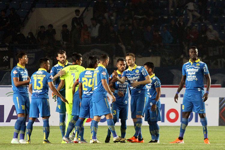Para pemain Persib Bandung, berkumpul sebelum memulai pertandingan pekan pertama Liga 1 2019 menghadapi Persipura Jayapura, di Stadion Si Jalak Harupat, Kabupaten Bandung, beberapa waktu lalu. (KOMPAS.com/SEPTIAN NUGRAHA)