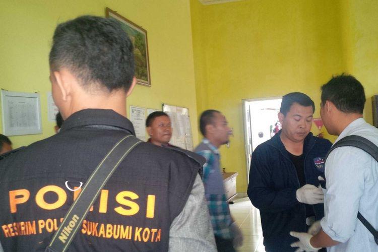 Kepala Polres Sukabumi Kota AKBP Susatyo Purnomo Condro (kanan kedua) saat di RSUD Syamsudin, Sukabumi, Jawa Barat, Sabtu (13/1/2018).