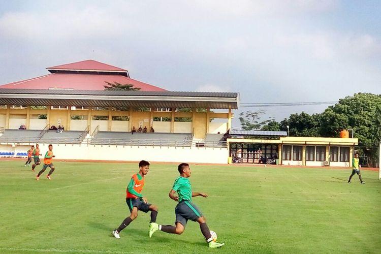 Dua pemain timnas U-19 Indonesia berebut bola saat internal game di Stadion UNY.